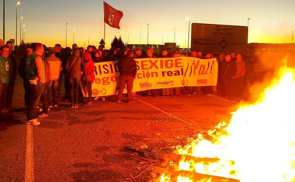 Los funcionarios de la prisión de Villahierro regresan a la huelga