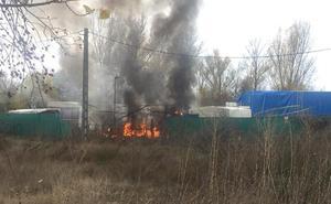Arden enseres de una finca localizada entre Villaquilambre y Villarrodrigo