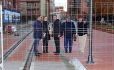 Vecinos y comerciantes de San Mamés piden al Ayuntamiento que exija a Adif la retirada de las vallas en el trazado ferroviario