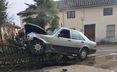 Herido grave tras empotrar su vehículo contra una fuente en Las Omañas