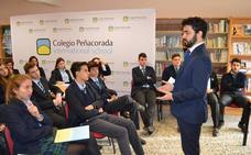 El campeón de España de debate enseña a los alumnos de Peñacorada a hablar en público