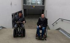 Dos padres se quedan sin entrar en el pabellón del Instituto de Eras por ir en silla de ruedas