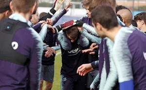 Barcelona prepara con trece jugadores del filial el partido ante la Cultural