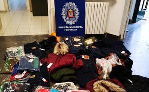 Un detenido y dos investigados en Ponferrada por la venta de ropa falsificada y artículos de telefonía móvil igualmente falsificados