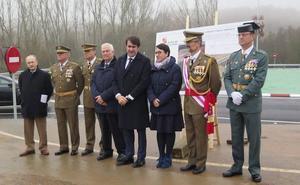 La nueva rotonda de acceso a la base Conde de Gazola pone fin a la peligrosidad del antiguo cruce