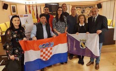 Coyanza recibe a profesores del CEIP Bernardino Pérez y una delegación de docentes croatas