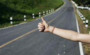 Hacer autostop podría valerte 100 euros