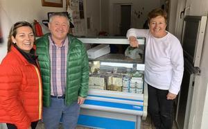 La consejera Milagros Marcos saborea in situ en el Valle de Valdeón el 'mejor queso azul de España'