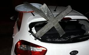 Destrozan un vehículo estacionado en el Polígono X tras arrojarle una señal de tráfico