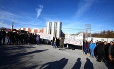 Concentración de trabajadores en la embotelladora de agua de La Ribera de Folgoso