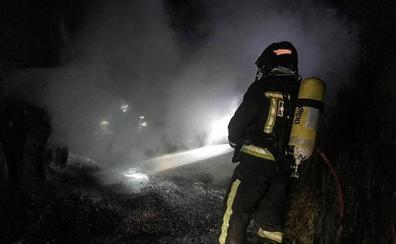 Los bomberos sofocan un incendio en un trailer en la A-60 a la altura de Valdefresno