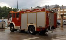 Los bomberos rescatan a cinco personas que quedaron atrapadas en dos pisos en un incendio en la travesía Reyes Católicos