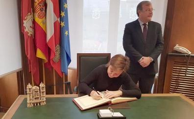 Gijón se rinde a los reyes de León y ambas ciudades reclaman la alta velocidad para Asturias