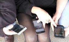 El 42% de las chicas de 17 años son adictas al móvil en la comunidad