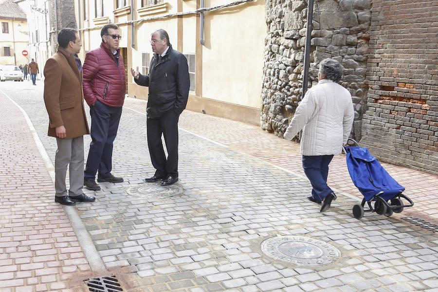 Silván visita a las obras de peatonalización del casco histórico