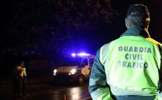 El aparatoso vuelco de un camión en Villamañán se salda sin heridos