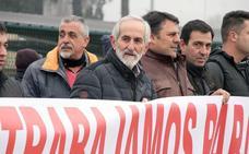 Los remolacheros llevan ante la planta de La Bañeza su protesta por la grave crisis del sector