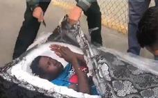 Descubren a dos inmigrantes ocultos dentro de colchones en la frontera de Melilla