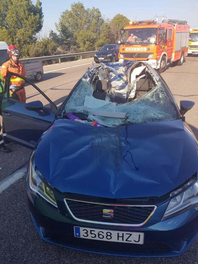 Herida muy grave una pareja al soltarse la rueda de un camión e impactar contra su coche en el 'by-pass' en Manises