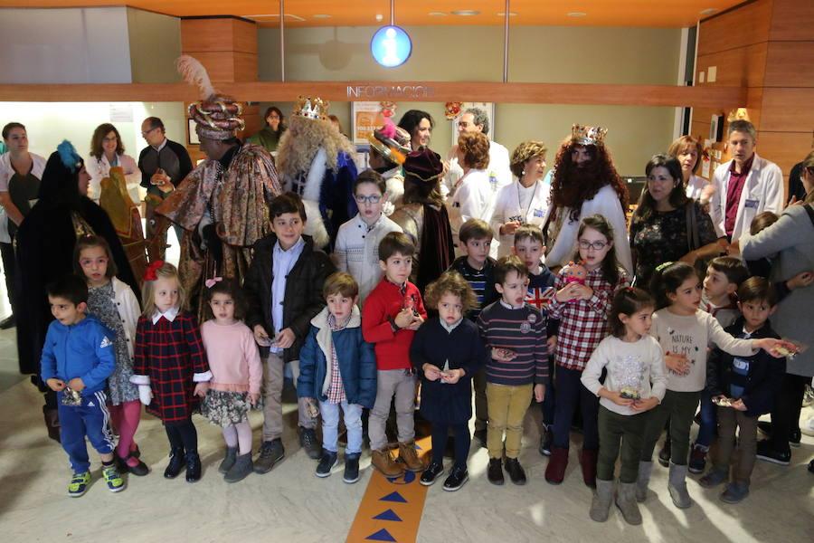 Los Reyes Magos visitan el Hospital de León