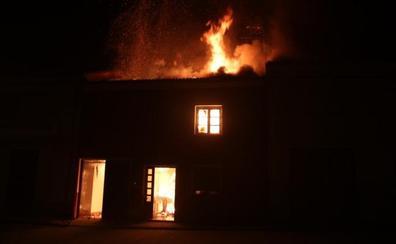 El fuego en una vivienda sorprende a los vecinos de Laguna de Negrillos en plena cabalgata