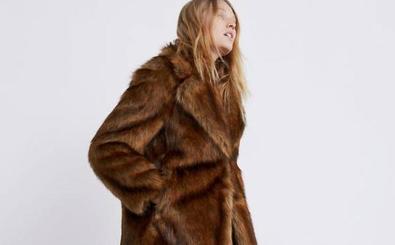 Los abrigos de Zara efecto pelo que triunfan en rebajas