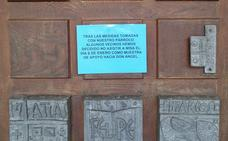 Los vecinos del Barco de Valdeorras entregan al obispo de Astorga las firmas para exigir la vuelta al cura apartado por pederastia