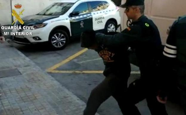Traslado de los sospechosos a disposición judicial. /Guardia Civil