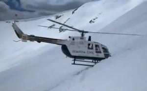 Así es el espectacular rescate de un helicóptero de la Guardia Civil en la nieve