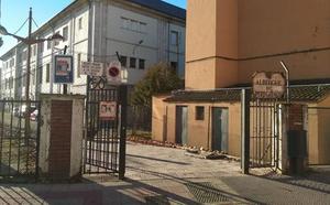 Mejías recuerda que el Albergue de León estaba cerrado desde 2012 y sus bienes «reubicados»