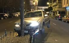 Un coche se empotra contra una farola en la calle Condesa de Sagasta de León capital