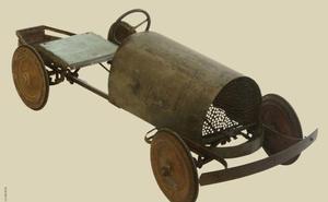 La Diputación de León presenta en el Museo Etnográfico Provincial el coche de pedales como la Pieza del Mes de enero