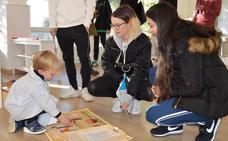 Los alumnos de Magisterio se interesan por el Montessori de Peñacorada