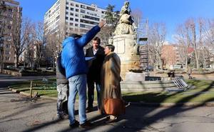 León invierte 16.400 euros en la restauración de la fuente de Neptuno y la escultura de Guzmán