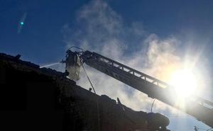El fuego calcina una casa en la localidad de Santa Elena de Jamúz