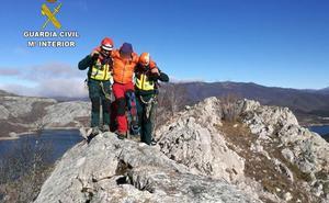 Rescatan a un montañero con una herida abierta de 15 centímetros en Riaño tras caerle una gran roca