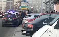 Policía Nacional y Local retienen a un hombre que se había atrincherado en su coche en León