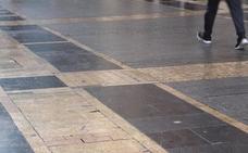 El Ayuntamiento esperará a un informe técnico para tomar medidas frente al deslizante suelo de la Calle Ancha