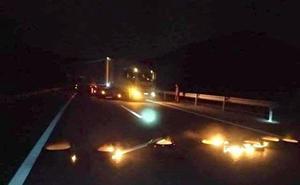 Un piquete minero con neumáticos incendiados corta el tráfico de la autovía del Huerna en ambos sentidos durante 50 minutos