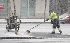 300 efectivos y 36 toneladas de sal para 'combatir' la nieve en León y cierre de los parques públicos