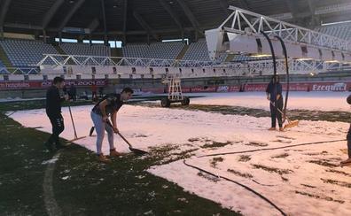 Trabajadores, aficionados y voluntarios se afanan para retirar la nieve del Reino de León