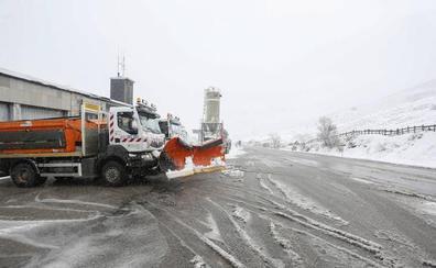 El temporal de nieve mantiene con cadenas y cerrados a camiones 17 tramos de carreteras leonesas