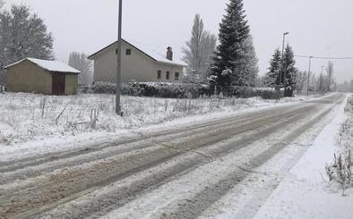 La nieve cierra la carretera de San Emiliano y obliga a transitar con cadenas en 11 viales de León