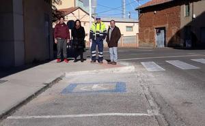 Santa María del Páramo ejecuta la mejora de pavimentos y pasos de peatones accesibles en la calle la Fábrica