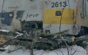 Un tren de Feve encalla en la nieve a un kilómetro de su destino y los pasajeros terminan el recorrido a pie