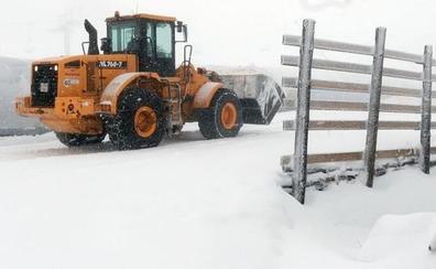 La nieve obliga al uso de cadenas en trece carreteras y los camiones no pueden circular por la A-6