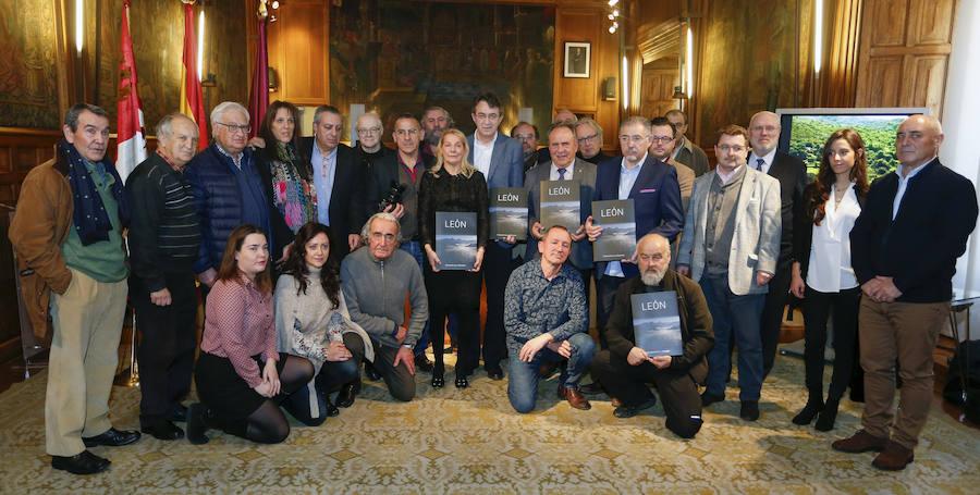 Homenaje al escritor Javier Tomé durante la presentación del libro `Geografía en la memoria´ en León