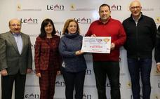 La Asociación de Hostelería, en el marco de 'León, Manjar de reyes', entrega 965 euros del Cocido Solidario a Cáritas