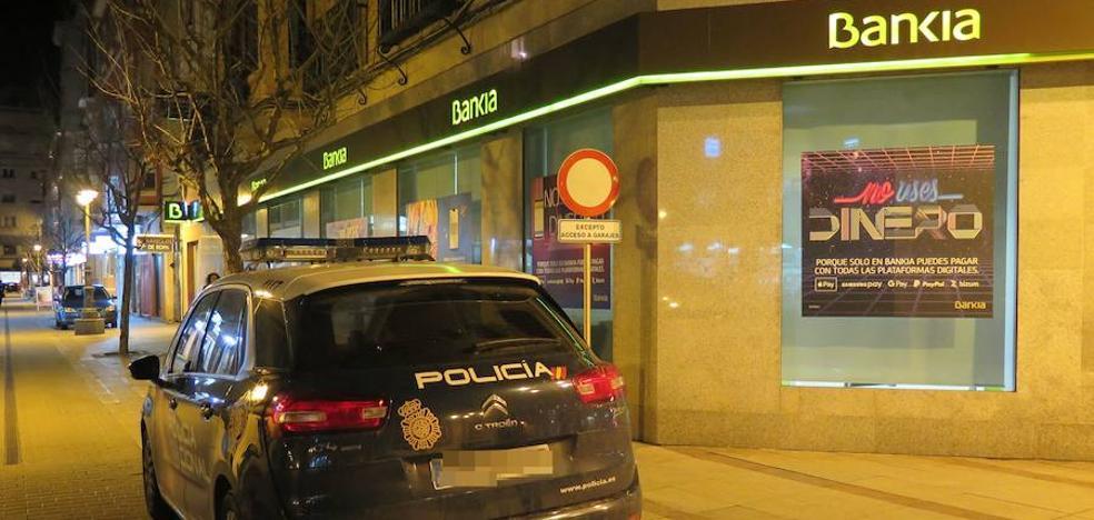 Sorprenden a un joven que había robado un tanga, una chaqueta y un reloj en tiendas de Ordoño II