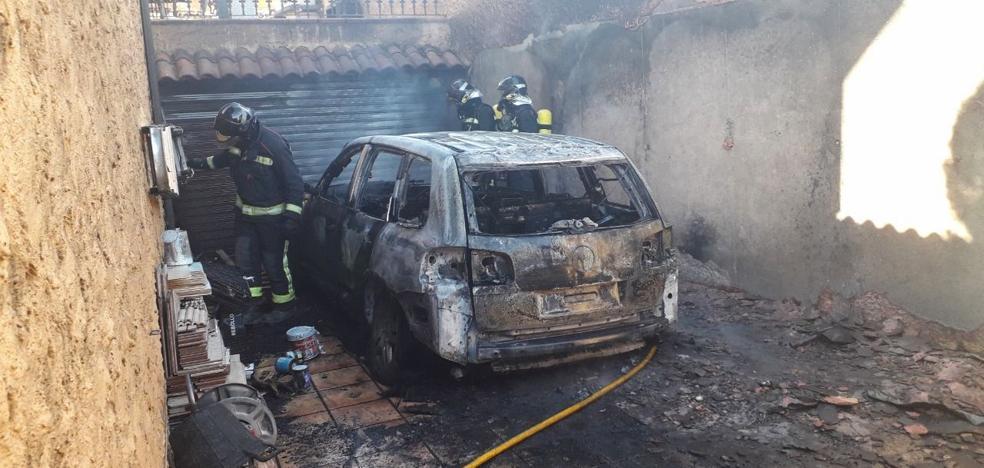Un virulento fuego provoca severos daños en un chalet y calcina un todoterreno en Las Lomas